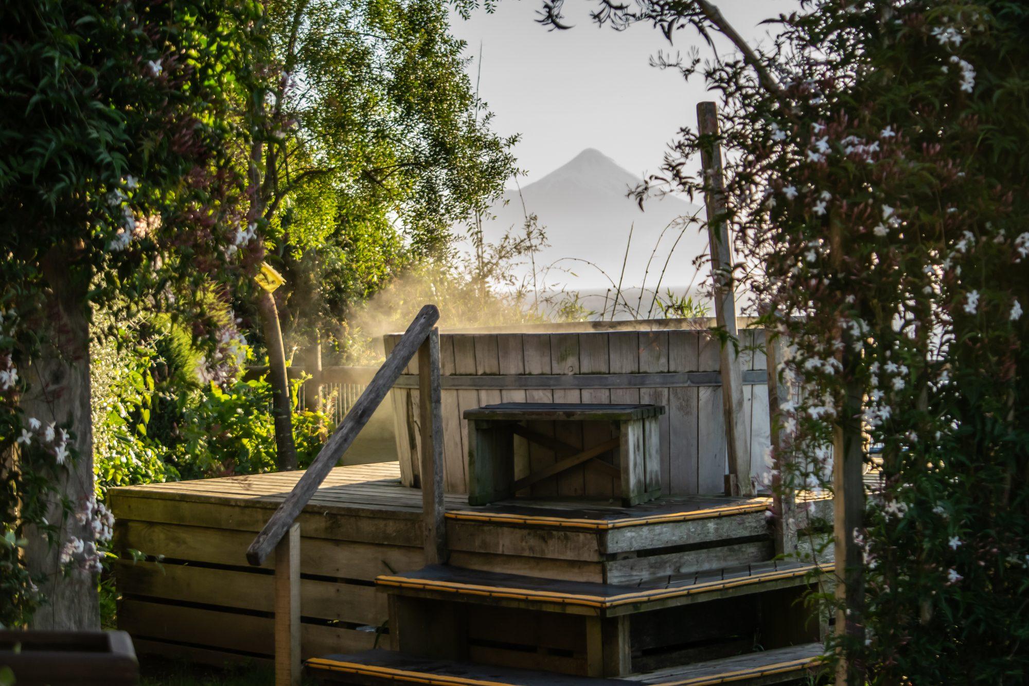 tinaja de agua caliente con vista al volcán osorno, sesión de fotos para hoteles