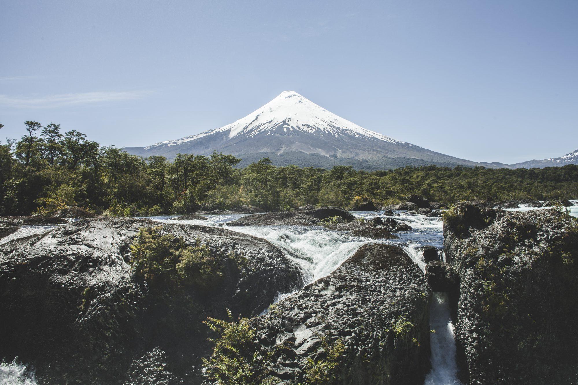 sesión de fotografía de naturaleza para agencia de turismo en puerto varas, volcán osorno y saltos del petrohe